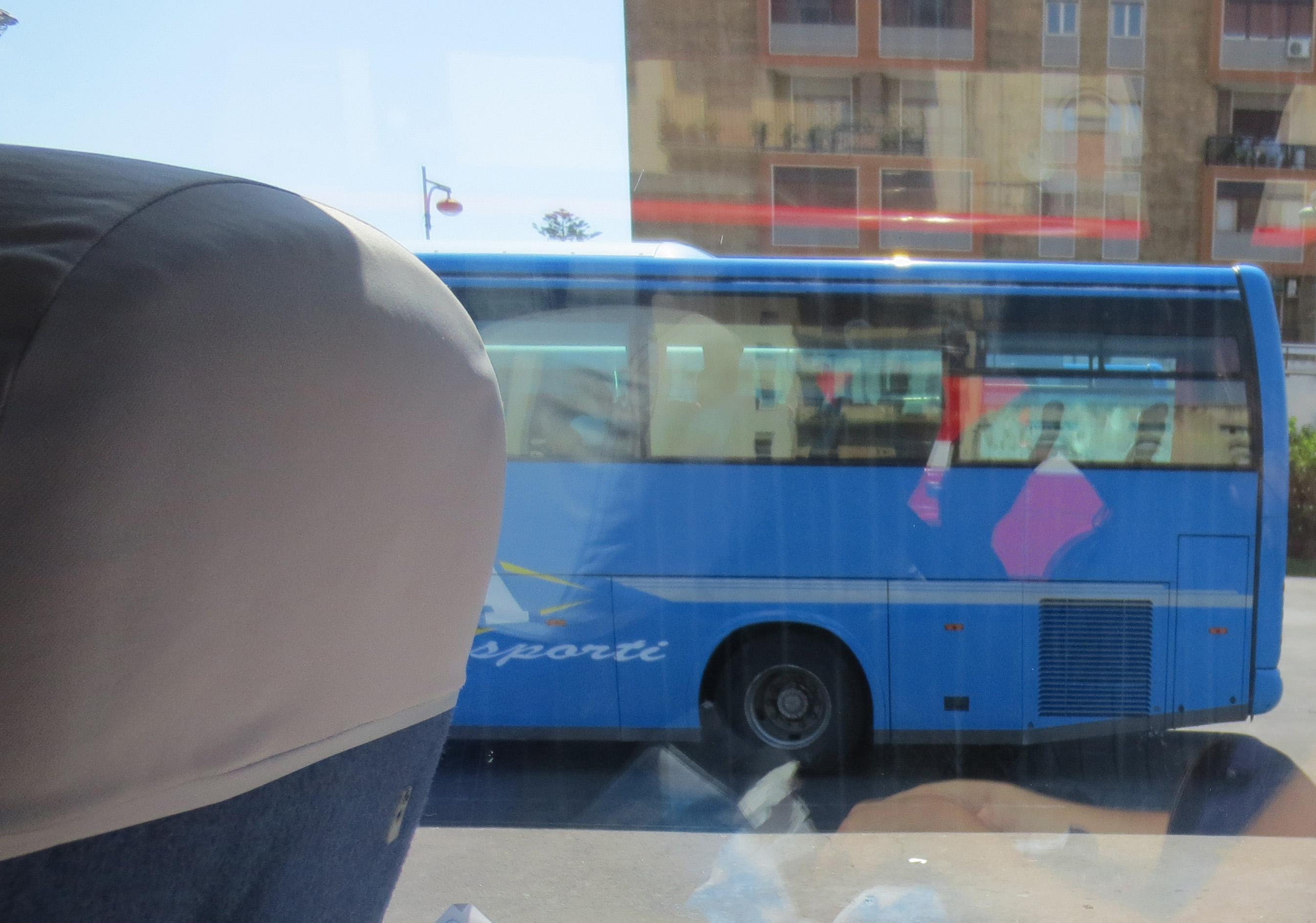 Italienischer Reisebus - Warten auf die Abfahrt