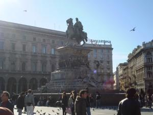 Vittorio Emanueles kolossale Reiterstatue beim Befehligen seiner Taubenarmee.